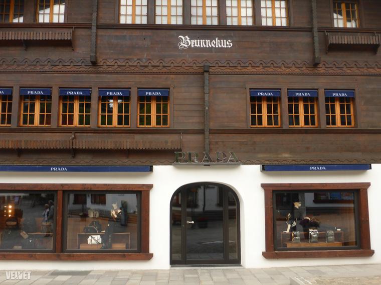 Olyasmi ez a Gstaad, mint Hollókő, csak azzal a különbséggel, hogy a falu főutcáján található üzletekben itt nem töki pompost, csattogó lepkét, vágódeszkát meg kézműves szilvalekvárt árulnak párszáz forintért, hanem többezer frankos Prada táskákat és a leghíresebb olasz meg francia luxustervezők kreációit kínálják a faházacskákban