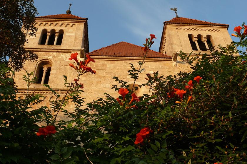 A román stílusú premontrei kolostor eredetileg a premontrei rend számára épült a 13. században. Ma református templom, de hányattatott sorsa alatt volt már török mecset is. Különlegessége, hogy felújítása során találtak egy 13. századból származó freskót a falán, mely a Szent László-legendát jeleníti meg.