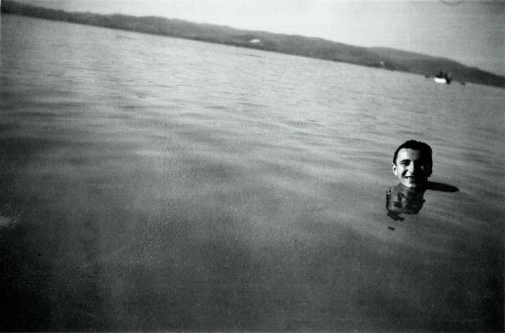 """Tüskés Tibor a Balatonban, 1950-es évek""""A modora is olyan volt, mint a neve"""" – mondta róla Lázár Ervin, a barát. Tüskés Tibor 1959 és 1964 között a Jelenkor főszerkesztőjeként ellenzékinek számító írók (például Weöres, Mészöly és Lázár) műveit közölte. A hatvanas években Tüskés Balatonfenyvesen vett telket, és épített nyaralót. Szenvedélyes pecás volt, íróvendégeit horgászni vitte és hallal etette."""