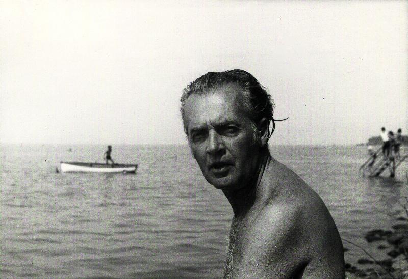 """Mándy Iván a Balatonnál, 1968""""Krimit olvasol, krimit nézel, semmi szellemi élet""""–  mondogatta a hetvenes évek elején Mándy felesége, amikor az író nélküle nyaralt a balatonboglári Szabadság üdülőtelepen. A lassan az egyik legjelentősebb magyar novellistaként számon tartott író gyerekként is többször volt és barnult a Balatonnál. Akárcsak hőse, Csutak: """"Valóságos rézbőrű vagyok, pedig majdnem egy hétig esett az eső. Ha még akkor is jó idő lett volna – már csak egy sötét folt lennék."""""""