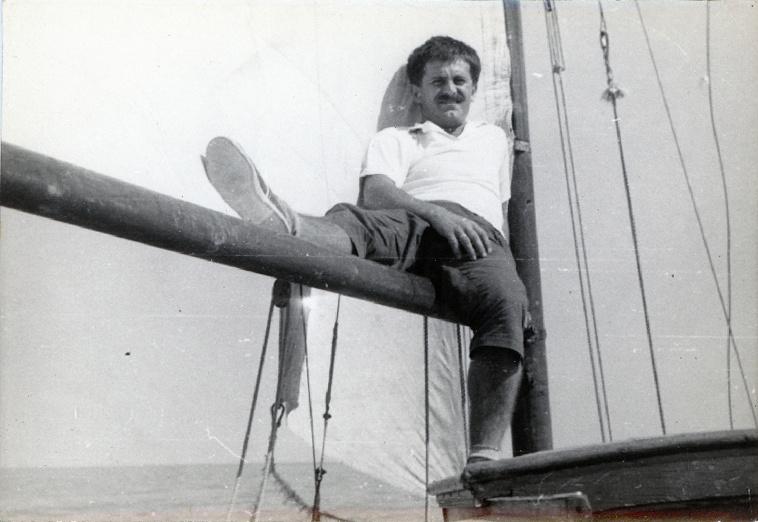 """Juhász Ferenc a Grete nevű vitorláson, 1956Bár sokat megfordult a tó környékén, nem hatott Juhászra igazán. """"Magam csak csodáltam a Balatont, nem dübörgött át ihletemen […] Nem voltam helyhez-láncolt a Balatonon. Így Balatonfüred sem volt az én megváltó világosságom."""""""
