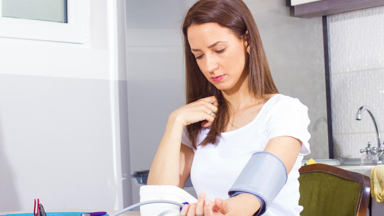 Megvadulhat a jól beállított vérnyomás: számos kockázata van a nyári melegnek