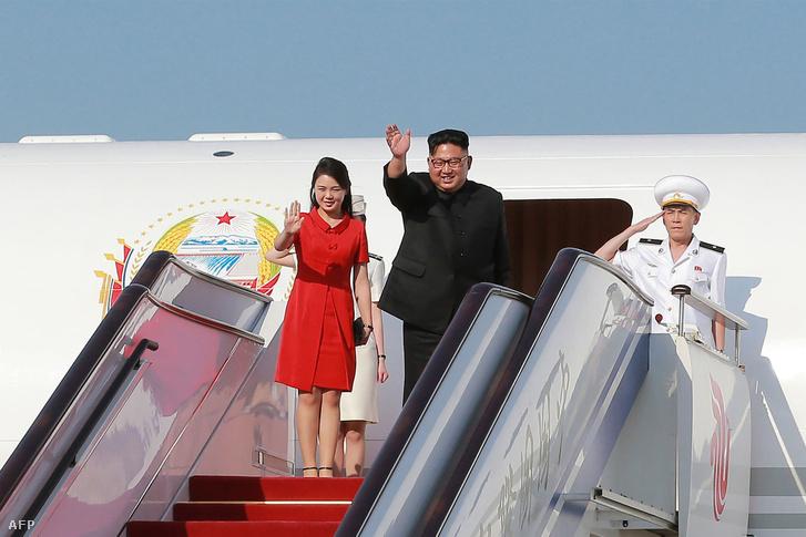 Kim Dzsongun és felesége, Ri Sol-ju a pekingi reptéren.