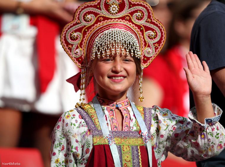 Itt egy teljes harci díszbe öltözött lengyel rajongó...