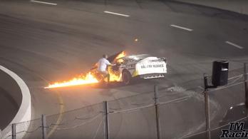 Apja rángatta ki az égő kocsiból az autóversenyzőt