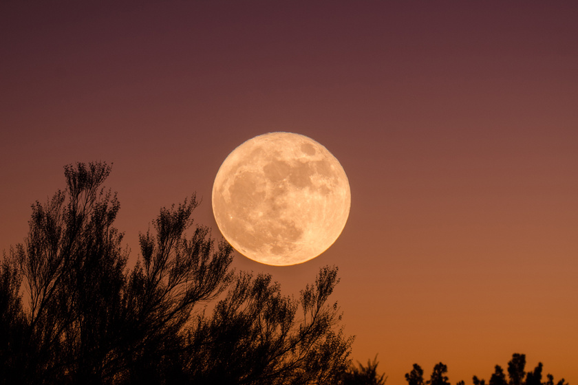 Teljesen egybeolvadt a Hold a vízeséssel: ilyen szép fotókat már rég láttunk