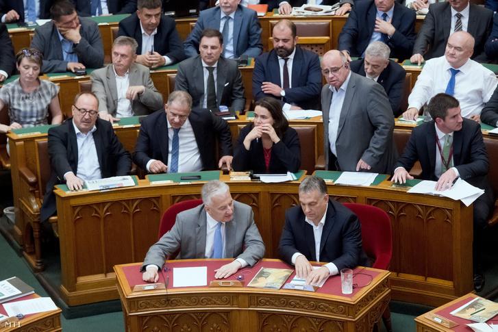 Orbán Viktor miniszterelnök (elöl j) és Semjén Zsolt miniszterelnök-helyettes (elöl b) szavaz az alaptörvény hetedik módosításáról az Országgyűlés plenáris ülésén 2018. június 20-án.