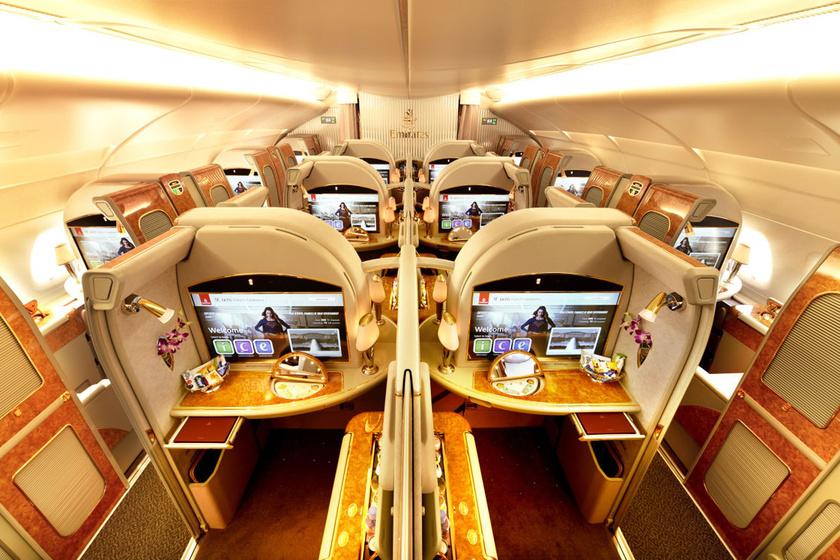 Az Emirates légitársaság Boing 777-es járatán kibérelhető exkluzív, első osztályú kabin a padlótól a plafonig érő ajtónak köszönhetően akár teljesen el is választható a többi utastól. A szinte magától értetődő bőrfotelen és HD TV-n kívül a kabinhoz Bvlgari tisztasági csomag és pizsama is jár. A virtuális ablakon keresztül pedig mindig csodás kilátás tárul eléd.