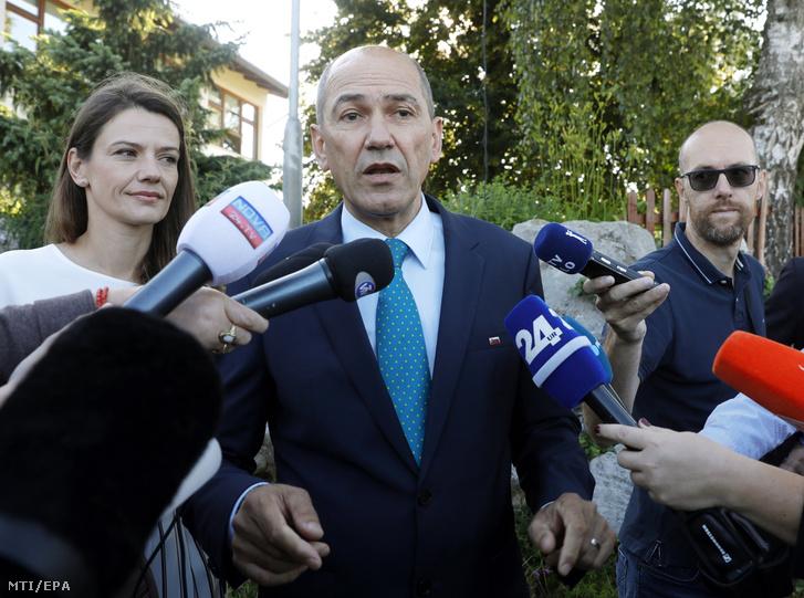 anez Jansa volt miniszterelnök, az ellenzéki jobboldali Szlovén Demokrata Párt (SDS) elnöke a felesége, Urska Bacovnik Jansa társaságában