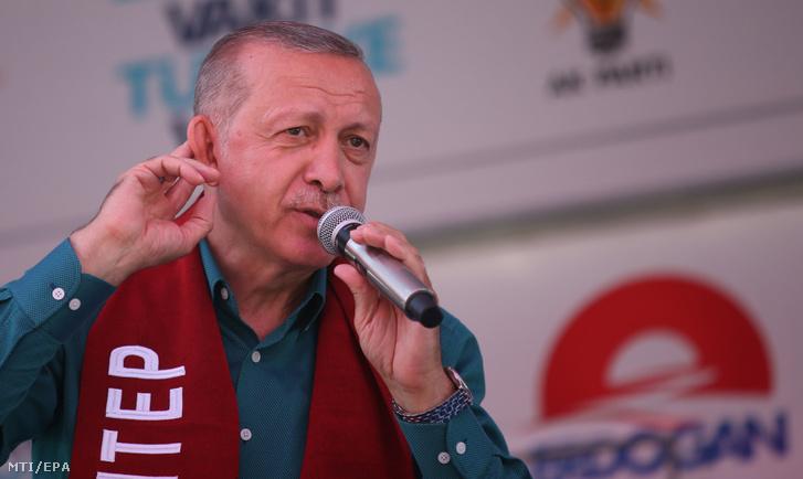 Recep Tayyip Erdoğan török államfő, a kormányzó Igazság és Fejlődés Pártjának (AKP) vezetője támogatóihoz beszél egy választási kampányrendezvényen a dél-törökországi Ganziatep nagyvárosban 2018. június 21-én.