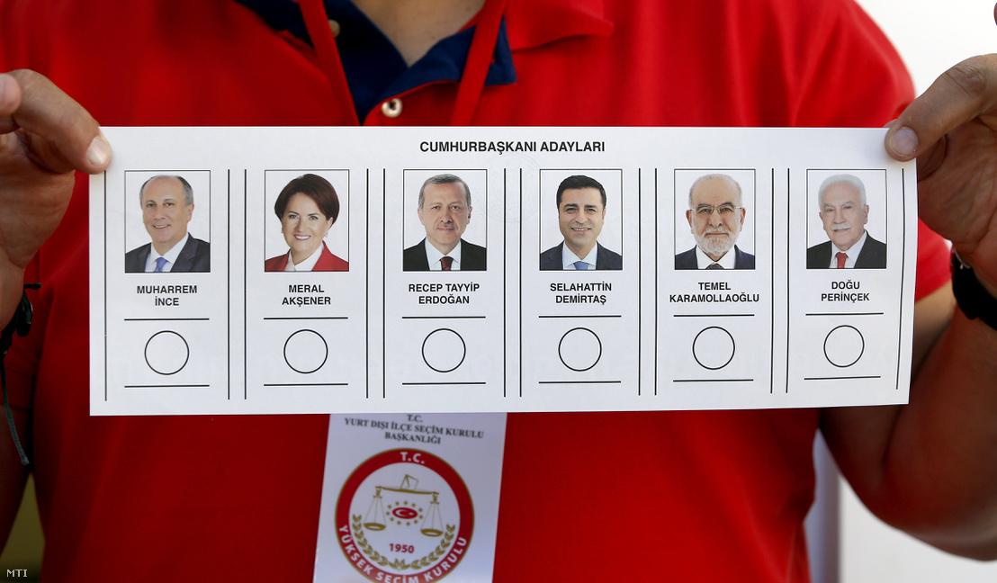 Az elnökjelöltek fotója egy szavazólapon Törökország berlini konzulátusán 2018. június 7-én.