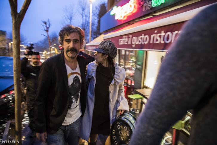 Deniz Yücel, a Die Welt német napilap törökországi tudósítója és felesége Dilek Mayatürk érkezik isztambuli otthonukhoz 2018. február 16-án miután a török hatóságok a mai napon szabadlábra helyezték Yücelt. A tudósítót terrorizmus és kémkedés gyanújával vádemelés és bírósági tárgyalás nélkül börtönözték be 2017. február 14-én.