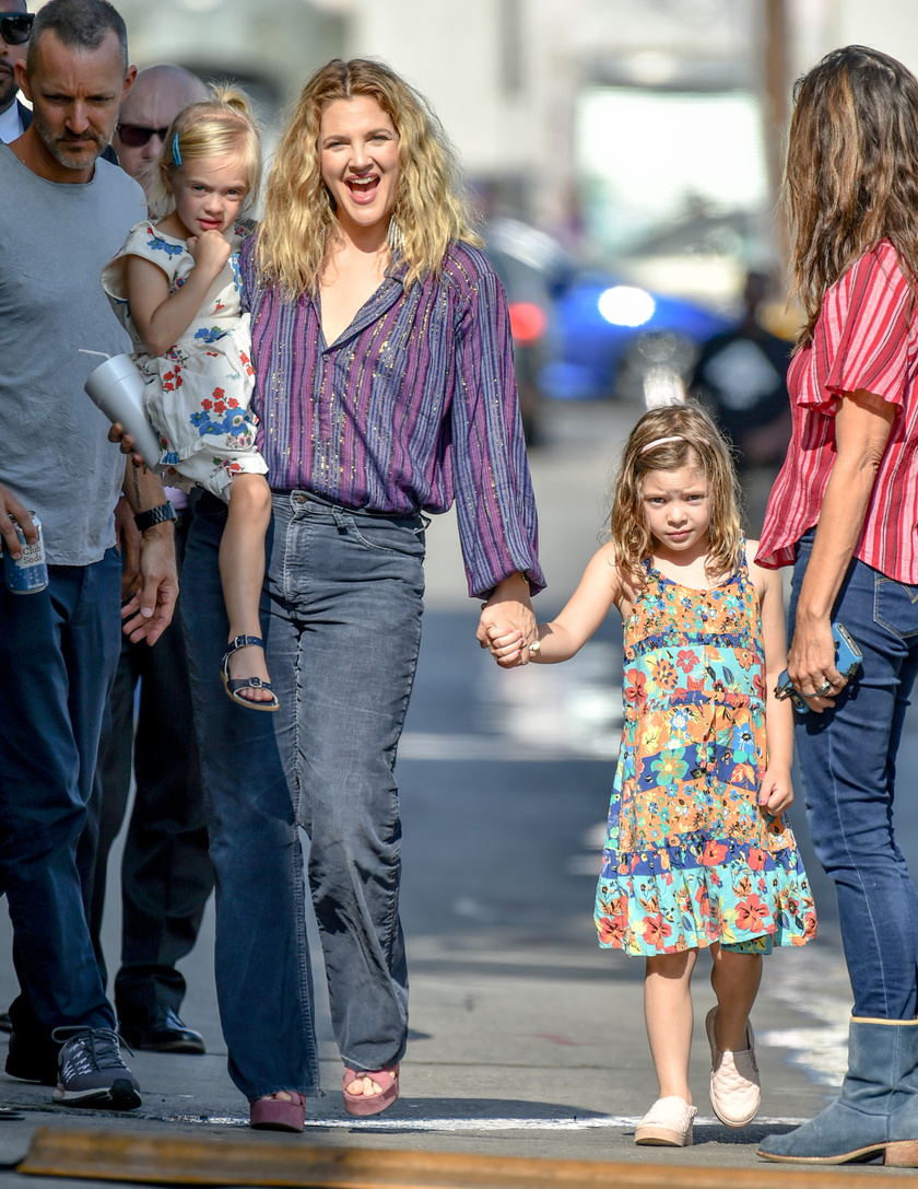 Drew Barrymore magával vitte a Jimmy Kimmel Show felvételére a lányokat - a stúdiótól nem messze kapták le őket a fotósok.