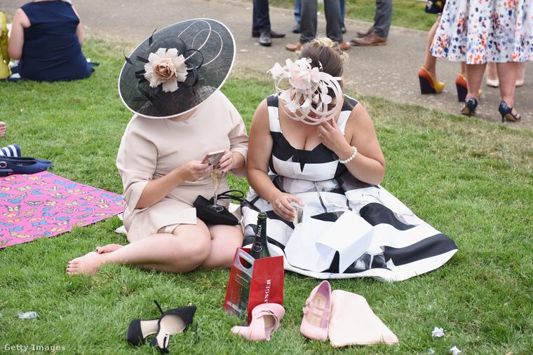 Bónusz fotó: Nem lehet könnyű egész nap nehéz kalapokban, magassarkúban, a szomjat pezsgővel oltva derbizni.