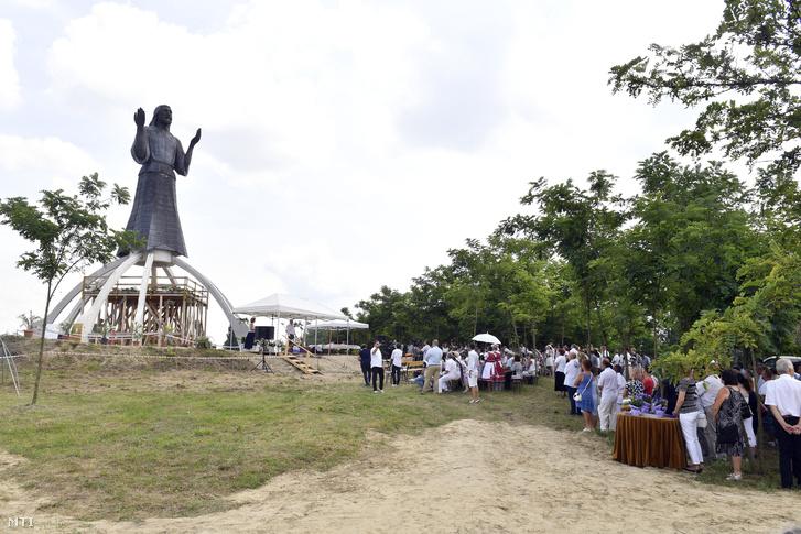 Résztvevõk a dabasi Jézus-szobor avatóünnepségén