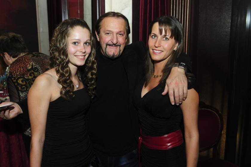 Szerednyey Béla nevelt lányával és feleségével, Szilviával.