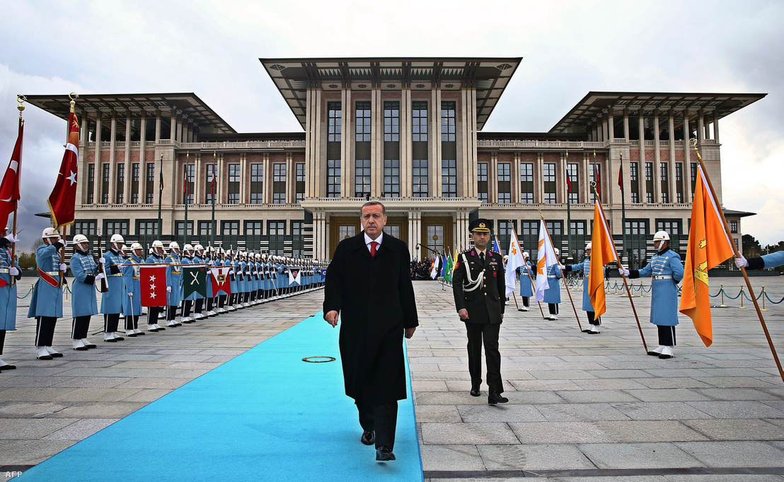 Erdogan az elnöki palota előtt Ankarában 2014-ben