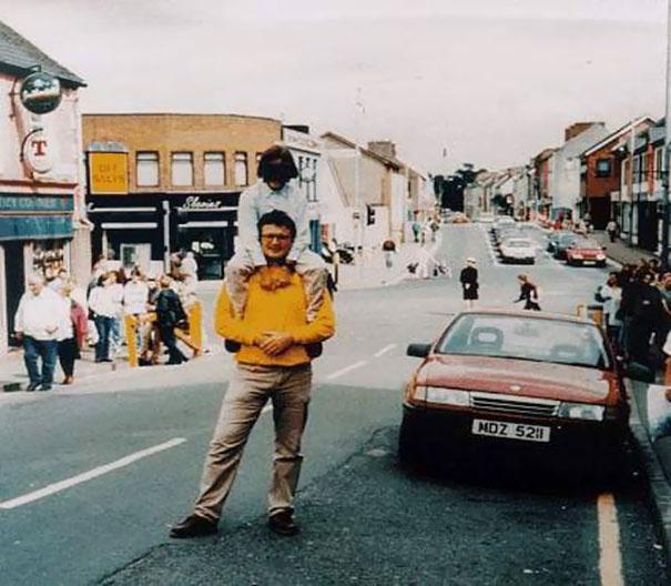 A felvétel az észak-írországi Omagh-ban készült 1998. augusztus 15-én. A járműbe rejtett pokolgép felrobbant, 29 ember pedig életét vesztette. A képen látható apa és fia túlélte a merényletet, a fotós azonban nem.