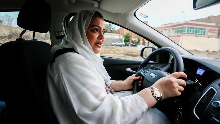 Vasárnaptól vezethetnek a nők Szaúd-Arábiában