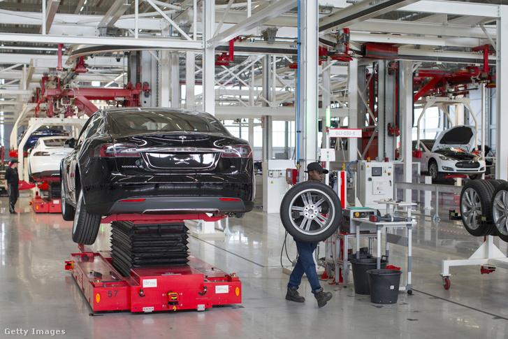 Munka a Tesla-gyárban