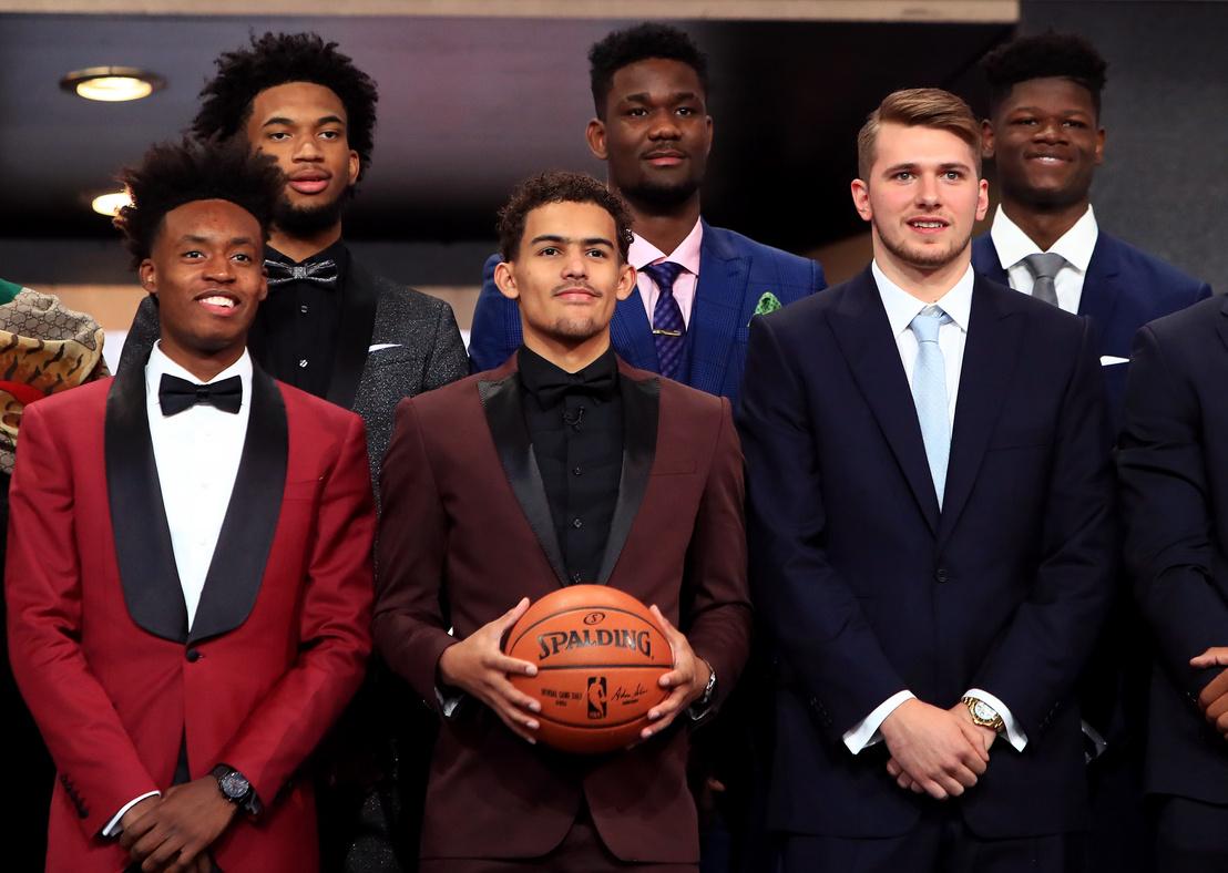 Collin Sexton, Marvin Bagley III, Trae Young, Deandre Ayton, Luka Dončić és Mohamed Bamba a Barclays Center-ben tartott 2018-as drafton