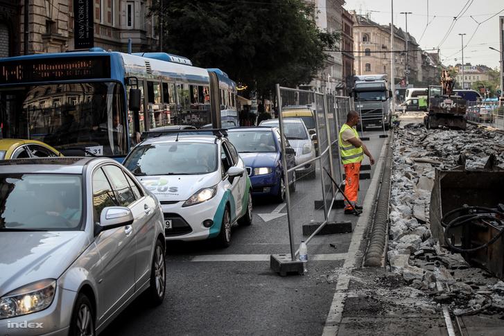 A körúton a 4-6-os villamosvonal felújítása miatt is folynak a munkák