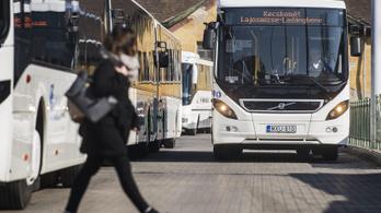 Leszállította a buszsofőr a nénit, aki megkérte, hogy ne telefonáljon vezetés közben