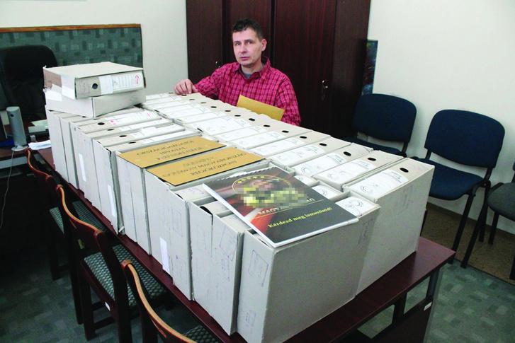 Demcsák Miklós rendőr-alezredes az ügy 18 ezer oldalra rúgó iratanyagával