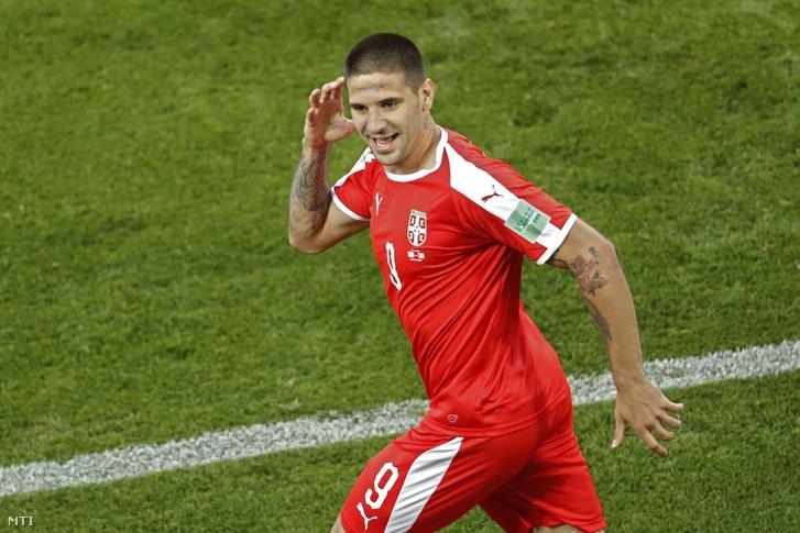A szerb Aleksandar Mitrovic miután gólt fejelt a Szerbia Svájc mérkőzésen az oroszországi labdarúgó-világbajnokság E csoportjának második fordulójában a Kalinyingrád Stadionban 2018. június 22-én.