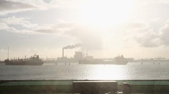 Mólónak ütközött egy olajszállító hajó Európa legnagyobb tengeri kikötőjében