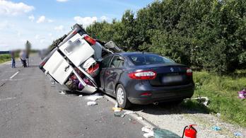Hármas karambolt okozott egy román furgon a 42-es főúton