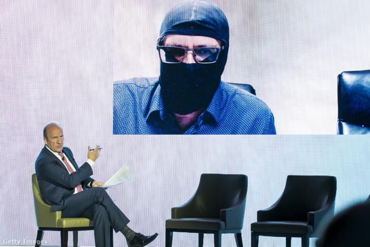 David Eades újságíró videóinterjút készít Grigorij Rodcsenkóval 2018 májusában. A moszkvai doppingellenes labor volt igazgatója jelenleg az Egyesült Államokban él, lakóhelye nem ismert. Csak eltakart arccal nyilatkozik.
