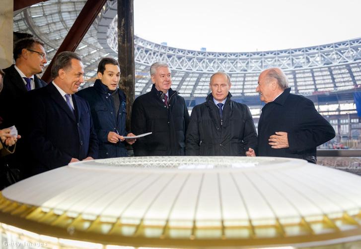 Mutko (balra), a moszkvai főpolgármester Sergej Szobjanin, Putyin és Sepp Blatter