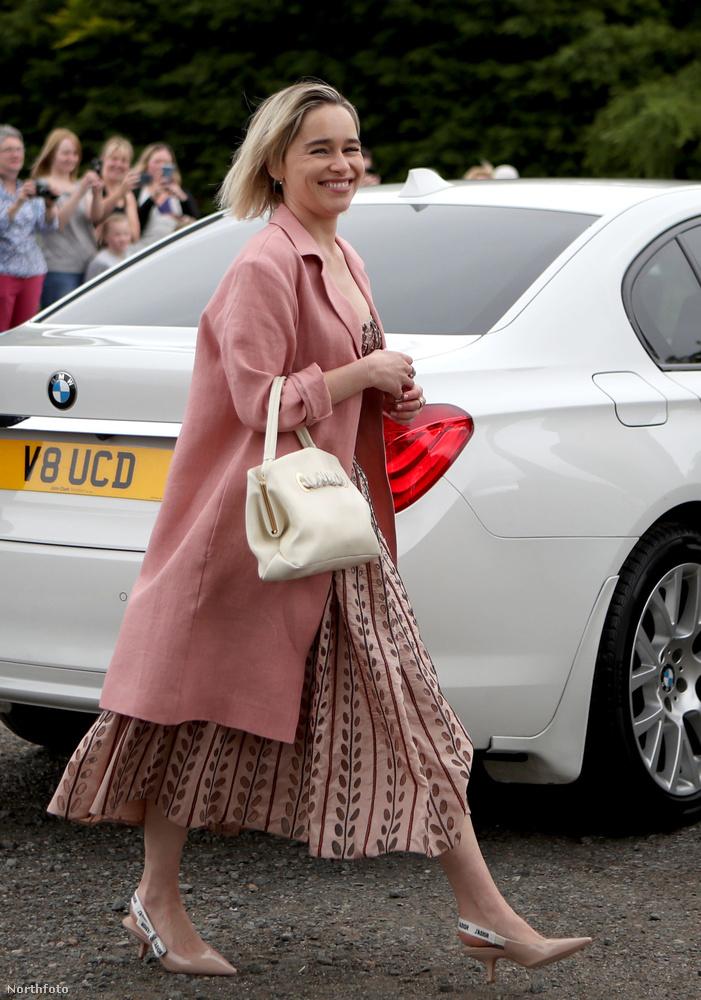 Itt a Daenerys Targaryent alakító Emilia Clarke érkezik halványrózsaszín kabátban