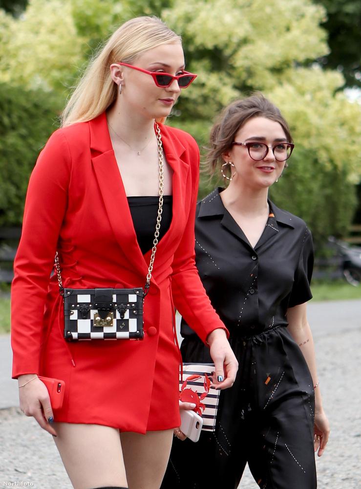 Itt Sophie Turner és Maisie Williams érkeznek, és őszintén szólva nem igazán vannak esküvőhöz öltözve.