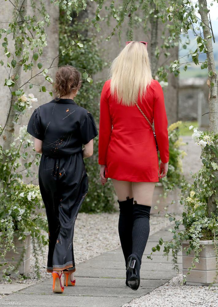 Sophie Turner szerintünk hajszállal szexibb, mint ahogy azt egy (templomi) esküvőn illik, Maisie Williams kezeslábasa meg annyira sötét színű, hogy gyakorlatilag fekete, és hát nőknek nem igazán illik feketét viselni egy lagzin.