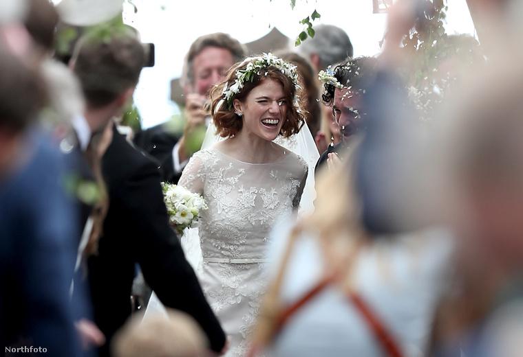 Az esküvő utáni pillanatok a templom előtt.
