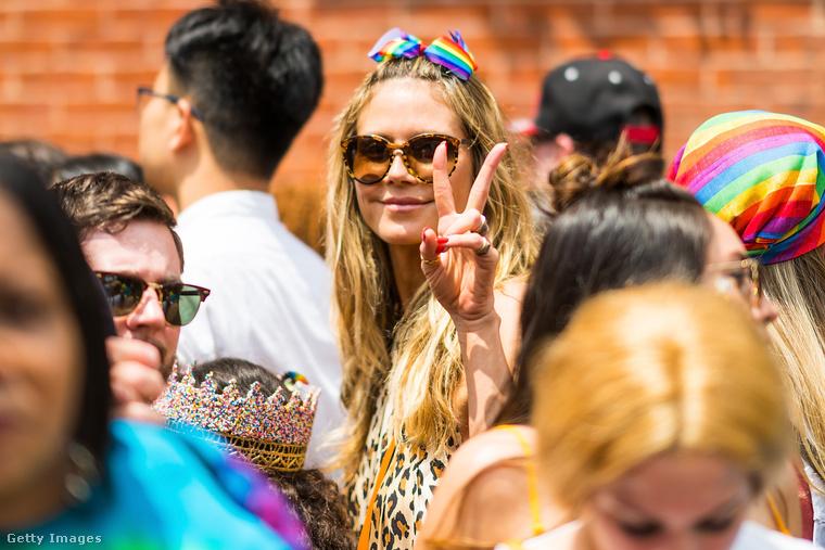 A New York-i pride mindig elég sok híres résztvevővel büszkélkedhet, idén többek között Heidi Klumot is ki lehetett szúrni a tömegben.