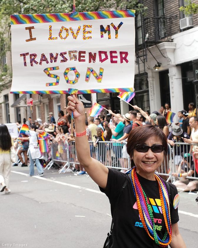Ez az anyuka transznemű fiát támogatni jött ki a pride-ra.
