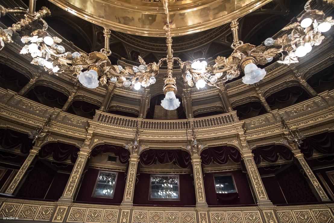 Az Operaház, ahogy mi ismerjük: az ötvenes évek óta legmeghatározóbb színe a sötétvörös. Hamarosan visszanyeri eredeti pompáját