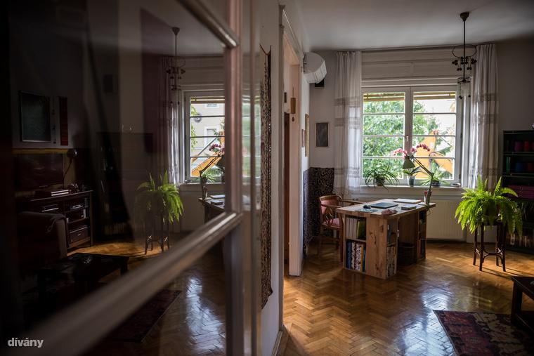 Kata nappalijában helyet kap házi műhelye is, a szekrény polcain egymást váltják a színes gyapjú- és selyem fonalak, amik dekorációként is jól működnek
