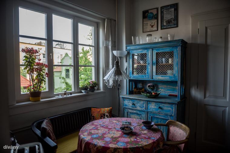 A lakásba lépve egyből megakad a szemem az étkezőben álló, antik tálalószekrényen