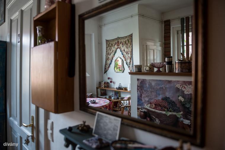A konyha ablakában díszítő és elszigetelő funkciójú, selyem szári végek lógnak