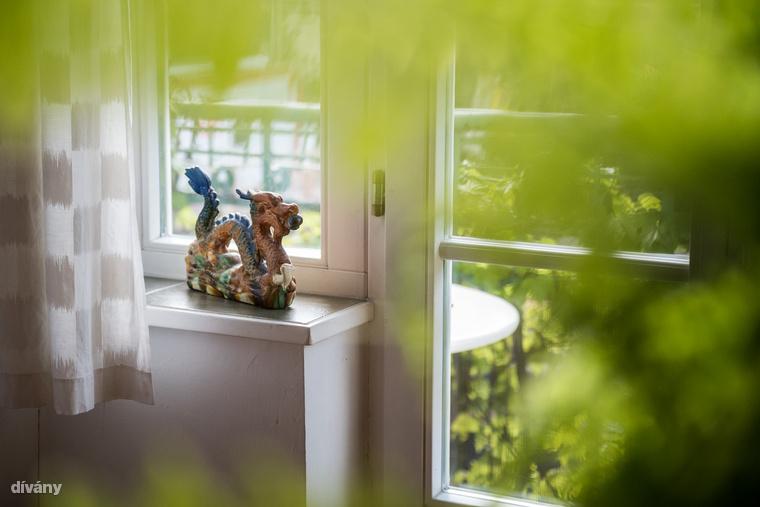 Számára a fény is nagyon fontos, lakásvásárlásnál ezért nagy hangsúlyt fektetett arra, hogy a szobákat természetes, kintről érkező fény érje