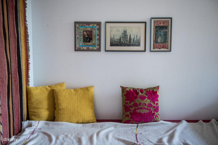 Az ágy felett Gross Arnold metszete mellett Kata két saját készítésű képe is helyet kapott, amik szintén a tér-lélek-tan szerint készültek, ahogyan a térben, úgy itt is különböző anyagokat kevert az elkészítésük során