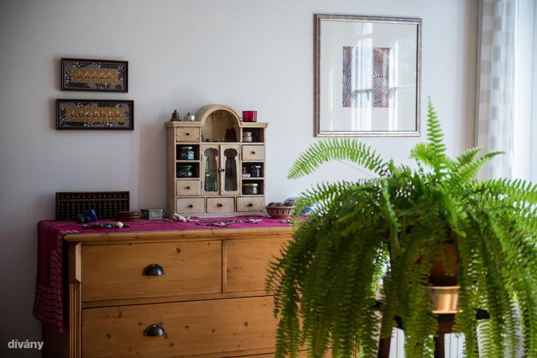 A hálószoba komódján található kis szekrényt Kata barátoktól kapta