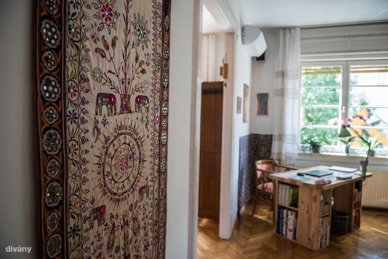 A nappali bejáratánál függő textilt Kata 13 éve vette egy textilgyűjtőtől Indiában