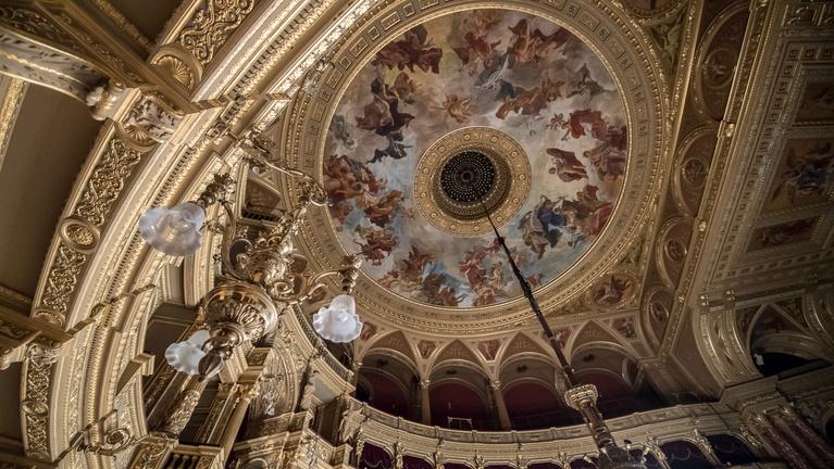 A nézők talpa alól szólhat a kórus a felújított Operaházban