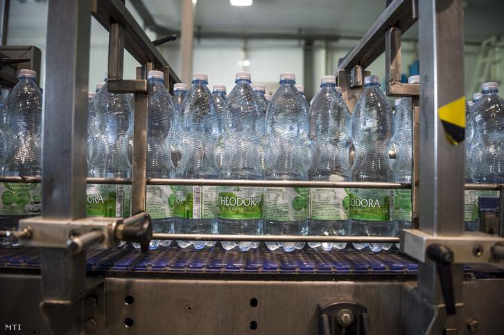 Gyártósor a Szentkirályi-Kékkúti Ásványvíz Kft. kékkúti üzemében