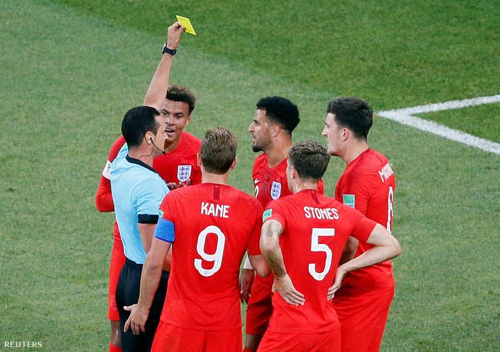 A Tunézia - Anglia mérkőzésen Kyle Walker sárga lapot kap
